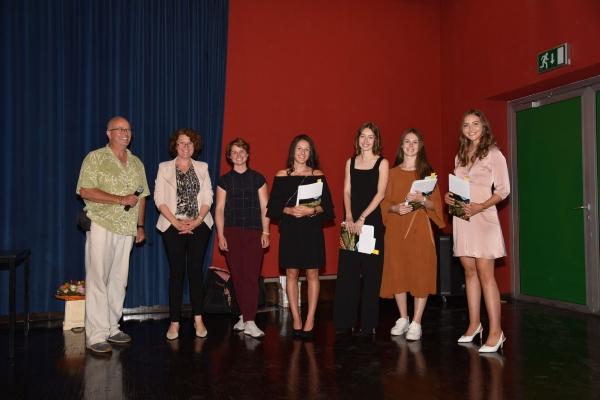 die-gewinnerinnen-des-fotowettbewerbs-mit-prof-dr-christian-vogl-prof-renate-hoelzl-und-ramona-waldner58663F11-AA49-D5D4-B156-8F782066D7D2.jpg